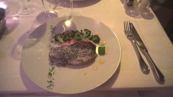 Filet de Saint Pierre grillé, tranche de brocolis au beurre de gingembre, émulsion caviar, jus de citron au sel